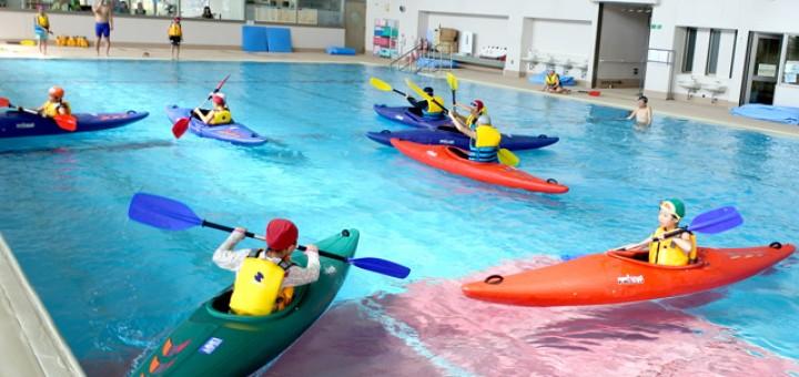 カヌー操艇の様子。ペア同士、カヌーを7分交代で実施