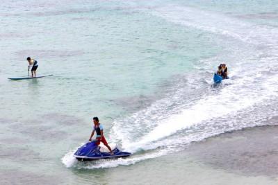 バナナボート 。艇庫前の浜から出発。約2Kmを15分程、バナナボートクルージング。ウミガメにも遭遇できました。皆さん、大はしゃぎで楽しみました