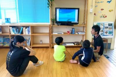 講師の池田龍介さんによる事前学習。漂流ごみ、漂着ごみ、海ごみについて学んだ。少数なので一人ひとりが質問するなど和気あいあい