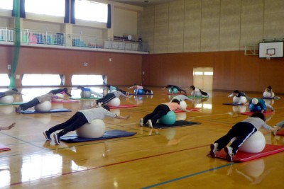 バランスボールの上にうつぶせに寝てバランスをとることで背筋を鍛えています!