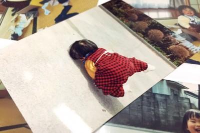 すっ転んでいる子供のころの写真