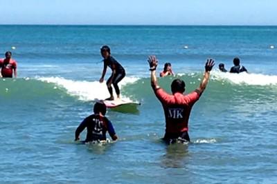 写真は昨年7月15日。波乗りに挑戦する参加者