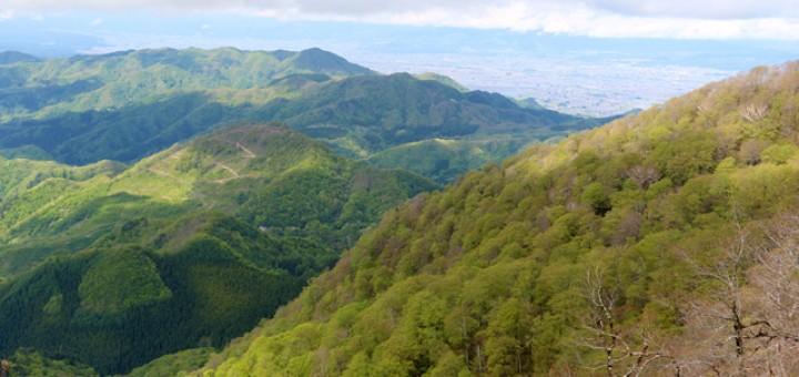 「博士山」山頂付近からの眺望(写真右奥が会津盆地)