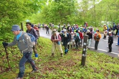 テープカット直後の登山道入り口は大勢の人だかりとなりました