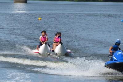 大人気のバナナボート体験、親子そろってビシャビシャに濡れながら大はしゃぎ。一番盛り上がった。中には「カヌーよりバナナボートのほうが楽しかった」との声も