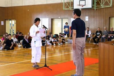利用者を代表してお礼を述べる川崎町柔道愛好会の石戸翔子さん(写真左)、右はB&G財団の菅原悟志理事長