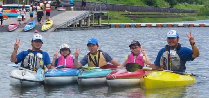 写真は昨年7月。カヌーの基本操作を学んだ子供。カヌーを近づけるのは、なかなか難しかったよう