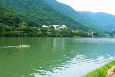 吉井川でカヌーを体験する参加者