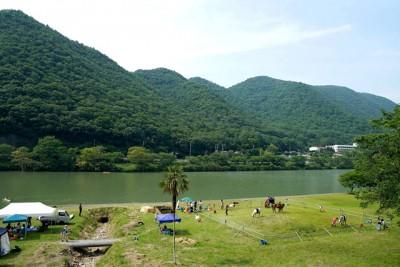 山々と川と馬たち