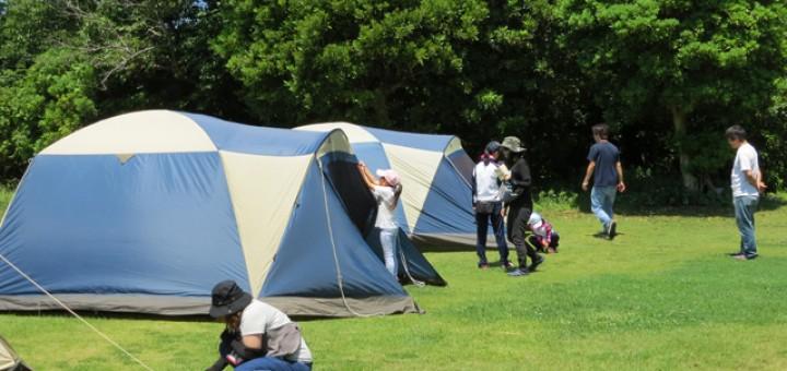 親子で協力しながらテントを設営