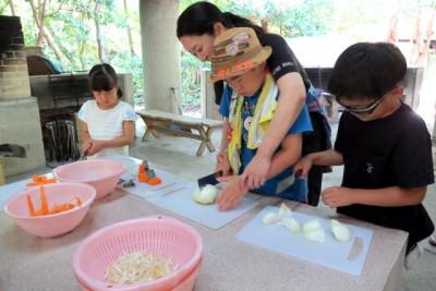 お母さんに野菜の切り方を教わり、おそるおそる包丁を使いました