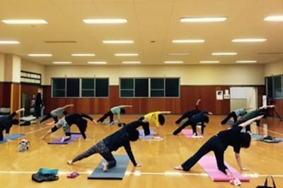 通常の室内ヨガ。那賀町鷲敷B&G海洋センター体育館で週1回教室(朝、夜)を開いている