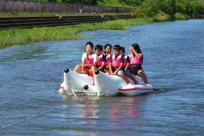 頑張ったごほうびにバナナボート体験。最初は少し怖がっていた子も、体験してみると「もう一回乗りたい!」と言っていたほど、とても大人気。全員ずぶ濡れでも楽しかったらOK!