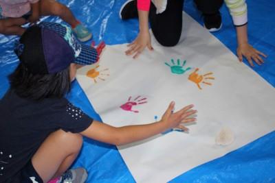子供の日が近かったため、手形アートでこいのぼりを作成しました