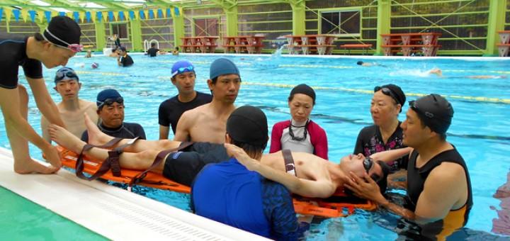 バックボード(水中担架)を使用した救助訓練