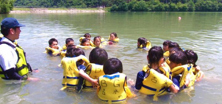 ライフジャケット浮遊体験で、子供たちは大はしゃぎ