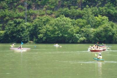 人気の宝探しゲーム。ひよこを水面に浮かべ、カヌーやボートで取ってきてもらう