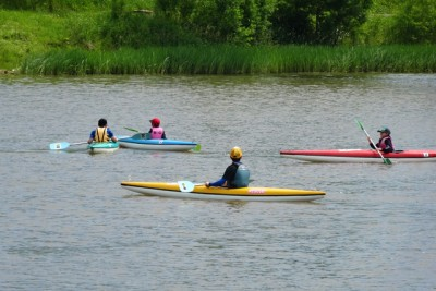 写真は昨年6月。指導実習(カヌー水面指導)、今まで指導されたことを試すチャンス。学校の授業で来ていた子供たちに、陸上や水面でカヌーやローボートの指導。水面で子供にカヌーを指導しているところ。指導しながら監視もする