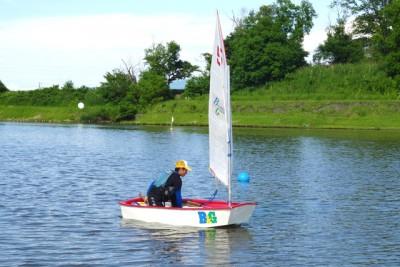 OPヨット。陸上でシミュレーションを行った後、水面で練習。初めは思うように風をつかめなかったが、すぐに上達し風上に向かいスイスイとOPを走らせた