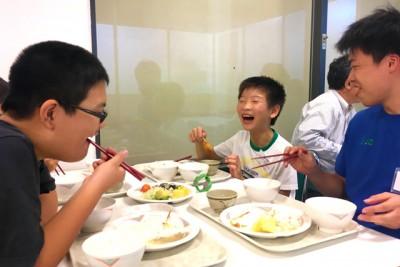 食事を楽しむ子どもたちとインターン生