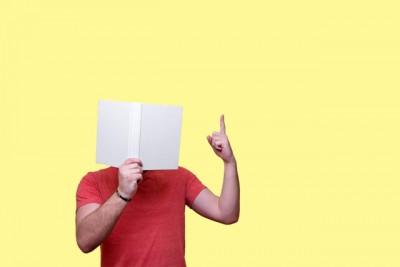 本を読みながら、なるほど、と思っている男性