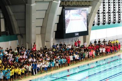 プールサイドで応援する子供や保護者、スタッフなどの様子