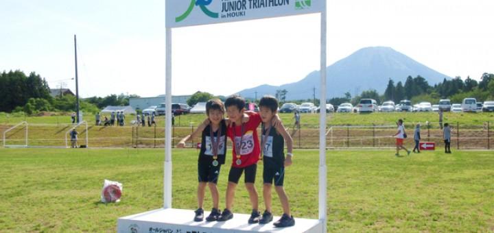オフィシャルお立ち台に立つ三人の男児