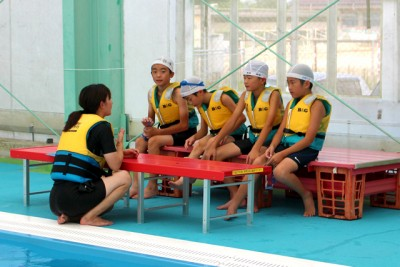 カヌーに乗らない時間は水辺の安全学習に取り組んだ