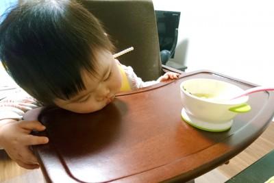 保育園で活発に活動しているため、娘は夕飯途中で寝てしまうことも