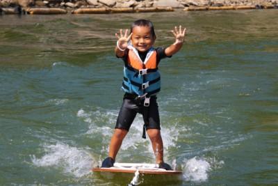 水上スキーを体験する男の子