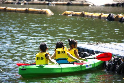カヌーに挑戦している3人の女の子。うまく漕げるかな