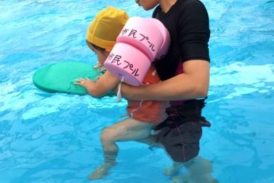 身体が小さくてライフジャケットを着られない幼児は、背中にヘルパーをつけて浮きます。ビート板も持って泳ぎの練習