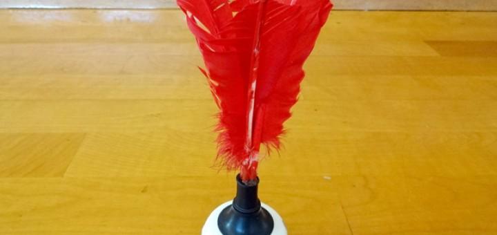 インディアカで使う羽根付きボール。これをチームで打ち合います