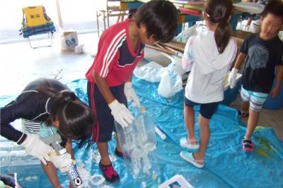 子どもたちによるペットボトルを使ったカヌー、いかだの制作風景