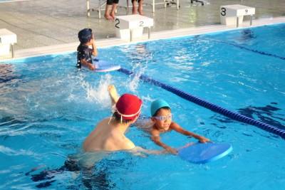 水に顔をつけるのが苦手な子は、B&G指導者が個別に指導しました