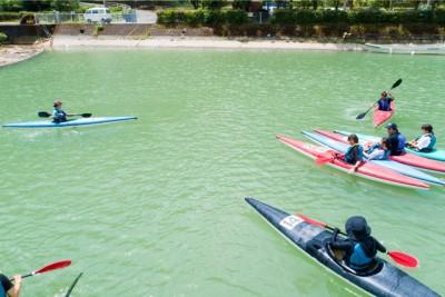 川上でカヌーを楽しむ参加者の皆さん