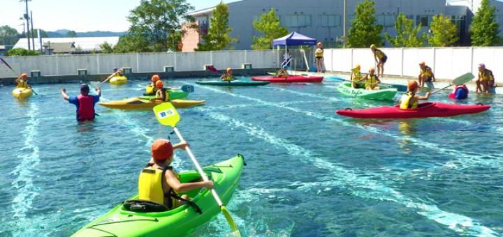 プールにカヌーを浮かべた体験会の様子