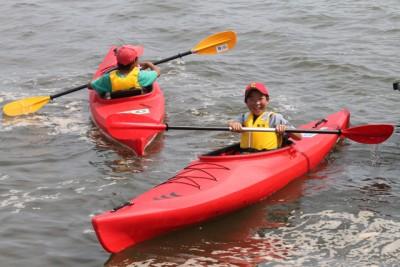 笑顔でカヌーを楽しむ亘理町の子供達