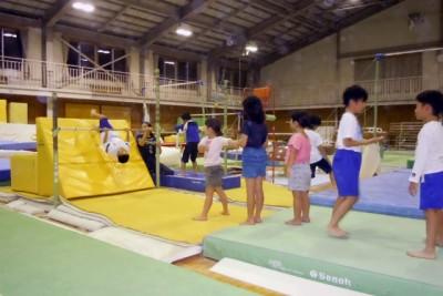 逆上がりの練習に励む子供たち