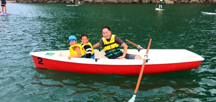 ローボートに乗っている父と息子二人。楽しそうです