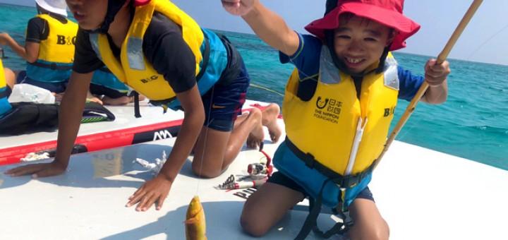 釣り体験は、沖合にマットを設置して行った。普段は行けないような場所での体験ができ、喜んでいた