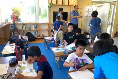 室内で勉強に励む子供たち