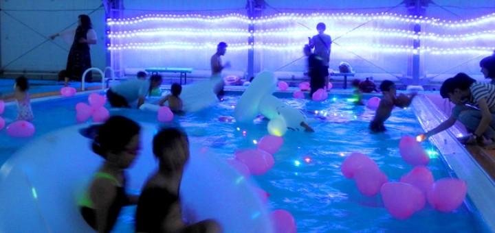 色とりどりの光に包まれた幻想的なプールに変身