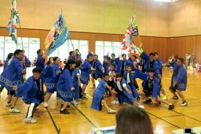 ソーラン節を踊った子供たち。みんなおそろいのハッピを着て、大漁旗をもってポーズをキメています。カッコイイ!