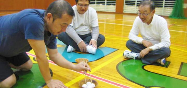 お箸を使って、別のお皿にピンポン玉を移し替えるゲーム「落としちゃだめだよ!ピンポン玉」