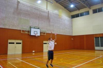 ボールを高く投げ上げて、落ちてくる間に何回手をたたけるかを競う「手をたたこう☆笑顔でキャッチ」