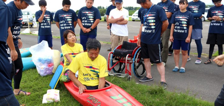 障害者カヌーで体を安定させる方法を学ぶ参加者