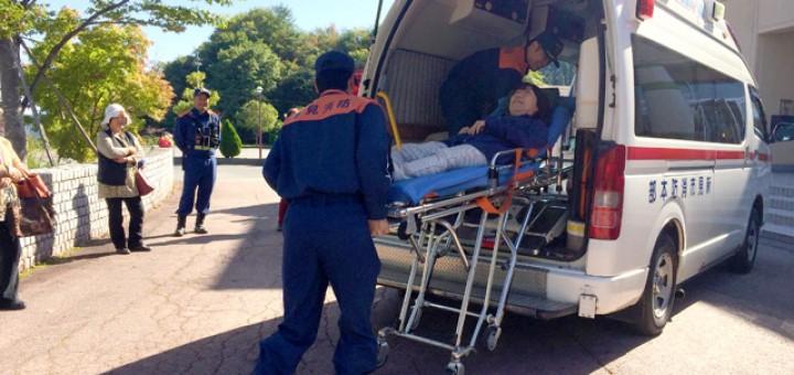 救急車にストレッチャーで乗車を体験