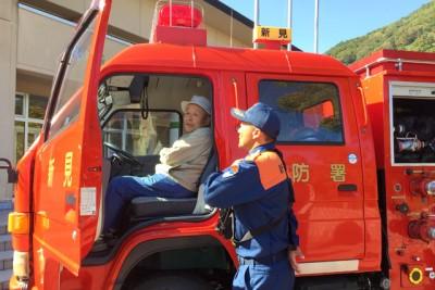 消防車に乗車体験して説明を受けた