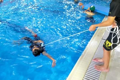 着衣泳体験で背浮きや救助体験